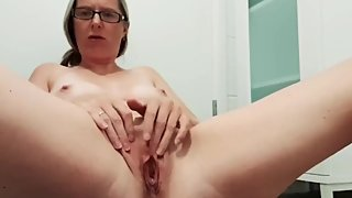 Mom fingering her tight shaven pussy squirts at end